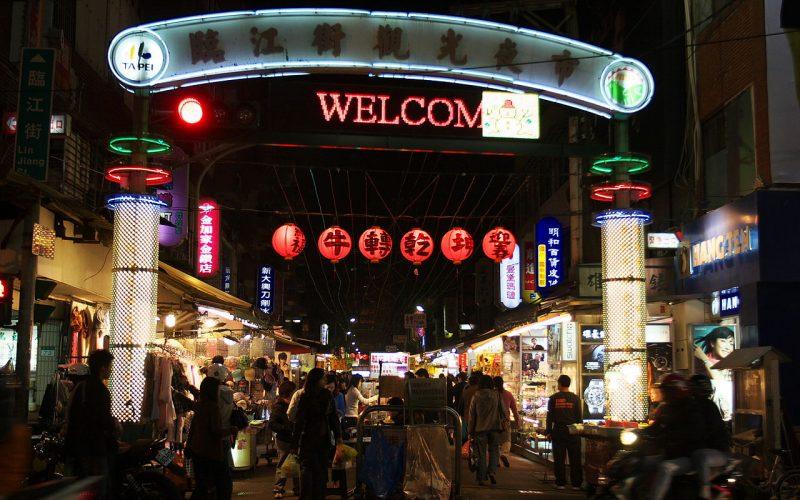 1280px-Linjiang_Street_Night_Market